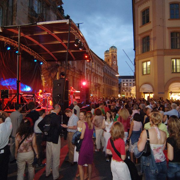 UniCredit Festspiel-Nacht: Jedes Jahr ist die Open-Air-Bühne ein zauberhafter Schauplatz in der Münchner Innenstadt