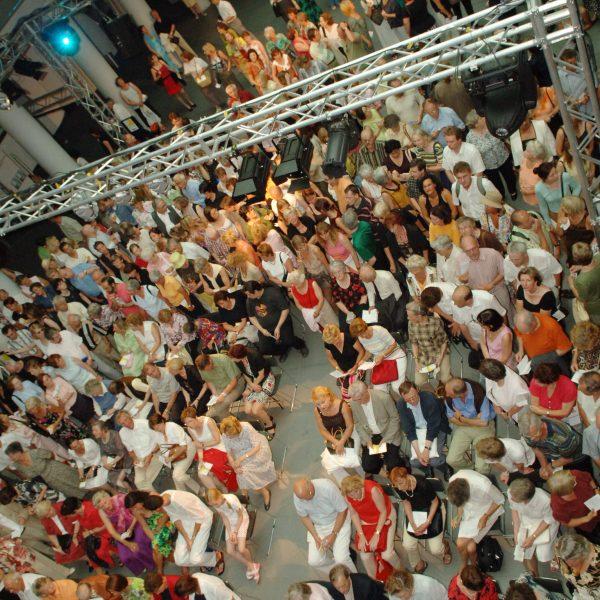 UniCredit Festspiel-Nacht: Das Publikum lauscht gebannt in der Kundenhalle der HVB Filiale Promenadeplatz