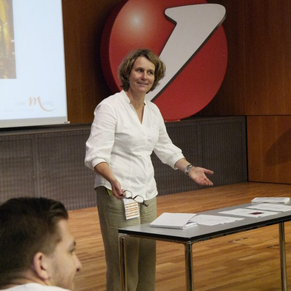 Projektmanagement: Annette Moog beim Briefing der Gewerke