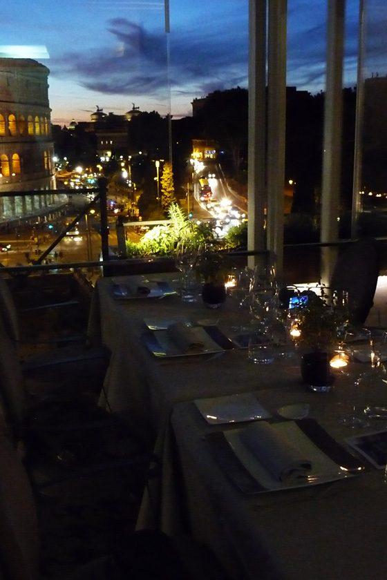 Abendessen am Kolosseum in Rom, Italien
