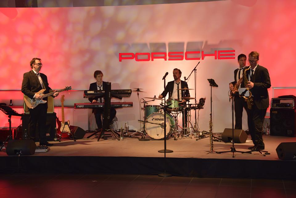 Eine Band sorgt für musikalische Begleitung des Abends.