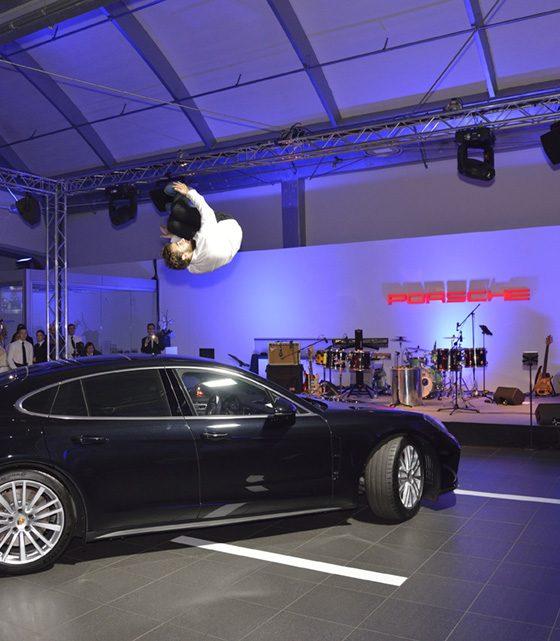 Salto über dem neuen Porsche Pnanamera.
